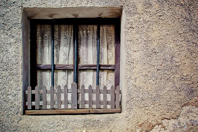 окнах решетки, забор, стены